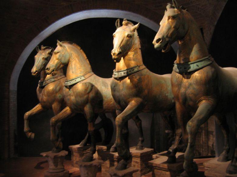 Τα τέσσερα άλογα του Ιππόδρομου της Κωνσταντινούπολης, που τα άρπαξαν οι Σταυροφόροι το 1204. Σήμερα βρίσκονται στην Βενετία, όπως και πολλοί άλλοι κλεμμένοι βυζαντινοί θησαυροί.