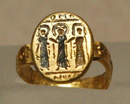 Βυζαντινό γαμήλιο δαχτυλίδι του 7ου αιώνα. Βλέπουμε το ζευγάρι να το παντρεύει ο Χριστός, ο οποίος στέκεται στο μέσον τους.