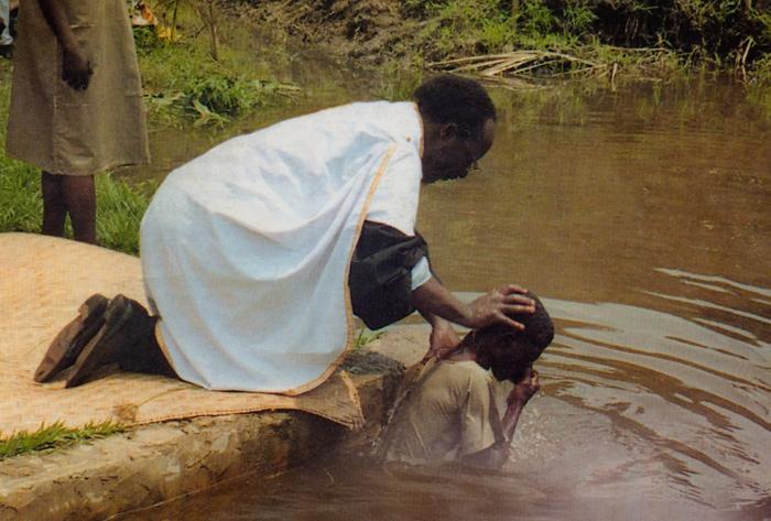 Πρότυπη βάπτιση στην Κανάγκα του Κογκό. Ο ιθαγενής ιερέας ονομάζεται π. Ανδρέας Καγιάγια.