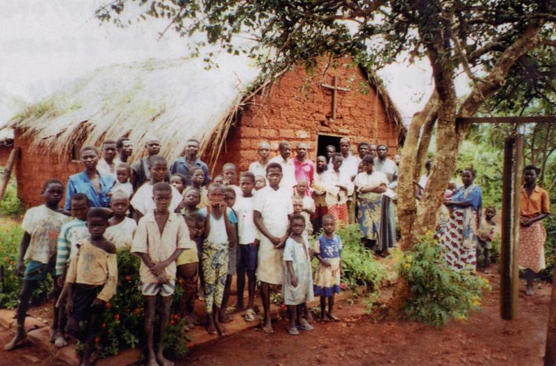 Οι λασποκαλύβες που δημιουργούσε ο π. Οβαδίας τις καθημερινές λειτουργούσαν ως σχολείο και τις Κυριακές ως εκκλησία.