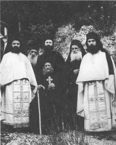 Στη μέση πίσω από τον Γέροντα Ιωσήφ των Ησυχαστή, διακρίνεται ο Γέροντας Ιωσήφ ο Βατοπαιδινός