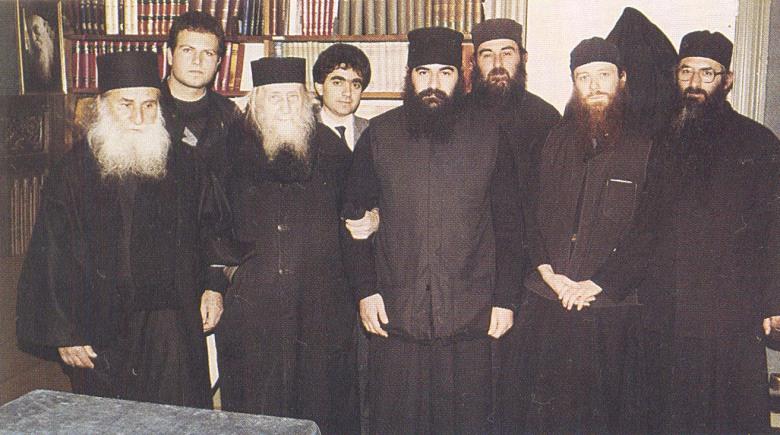 O άγιος γέροντας Σωφρόνιος (τρίτος από αριστερά) ανάμεσα στον γέροντα Ιωσήφ και τον π. Αθανάσιο Βατοπαιδινό (τον μετέπειτα μητροπολίτη Λεμεσού). Προς τα πάνω στα δεξιά του Γέροντα Ιωσήφ είναι ο μετέπειτα καθηγούμενος της Μονής Μαχαιρά Γέροντας Αρσένιος, καλογέρι του μητροπολίτη Λεμεσού κ. Αθανάσιου, ο οποίος σκοτώθηκε το 2004 με το Σινούκ που έπεσε πηγαίνοντας προς το Άγιον Όρος. Πρώτος από τα αριστερά είναι ο π. Ζαχαρίας του Έσσεξ (ο αρθρογράφος), και τρίτος ο π. Κύριλλος ο ηγούμενος της Μονής.