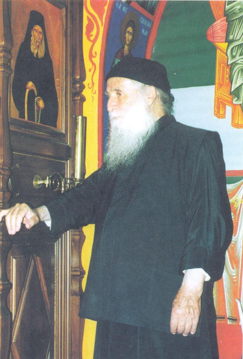O Γέροντας Ιωσήφ ο Βατοπαιδινός μπροστά στην εικόνα του Γέροντά του, Ιωσήφ του Ησυχαστή.