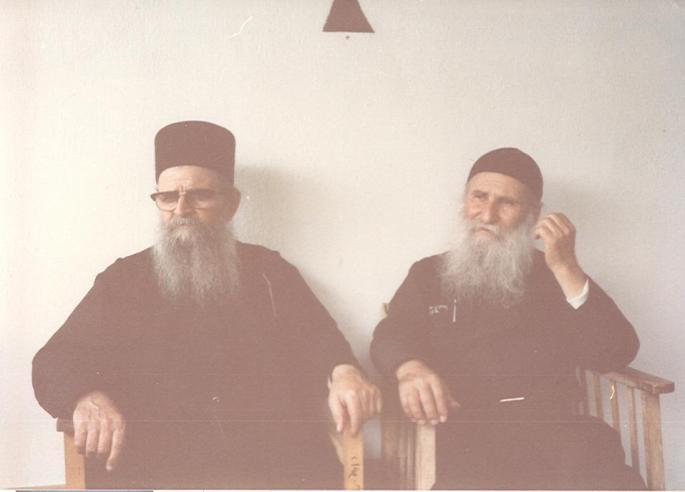 Με τον παραδελφό του μακαριστό παπα- Χαράλαμπο, τότε Ηγούμενο της Μονής Διονυσίου σε επίσκεψή του στη Νέα Σκήτη (1986).