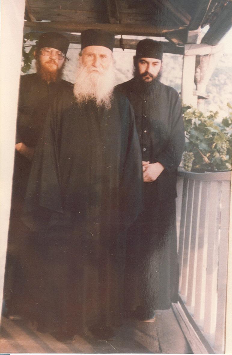 Ο Γεροντας με τους δύο ιερομόναχους της Συνοδείας του (το 1985) τον Αθανάσιο (Μητροπ. Λεμεσού) και τον Εφραίμ (Καθηγούμενο της Ι. Μ. Μ. Βατοπαιδίου)