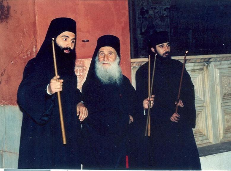 1989. Το πρώτο Πάσχα στην Ι. Μ. Μ. Βατοπαιδίου. Ο Γέροντας κοιτάζει με έκπληξη προς το μέρος που οι κοσμικοί όταν άκουσαν το «Χριστός Ανέστη» άναψαν κροτίδες από τη χαρά τους...
