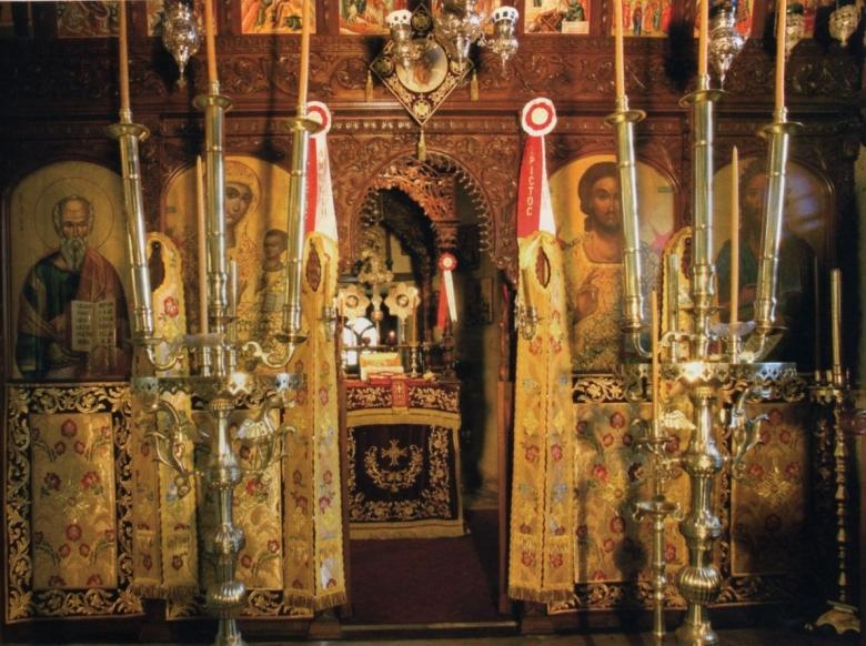Το παραδοσιακά φιλοταχνημένο τέμπλο του Καθολικού της Ιεράς Μονής Τιμίου Προδρόμου Μέσα Ποταμού.