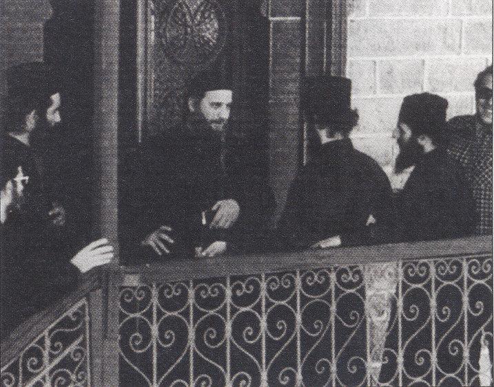 Η αδελφότητα τον Μετεώρου στα τέλη του 1973 μεταφυτεύεται στην Ι.Μ. Σίμωνος Πέτρας. Στην φωτογραφία ο Γέροντας στην είσοδο του ηγουμενείου στην Σιμωνόπετρα.