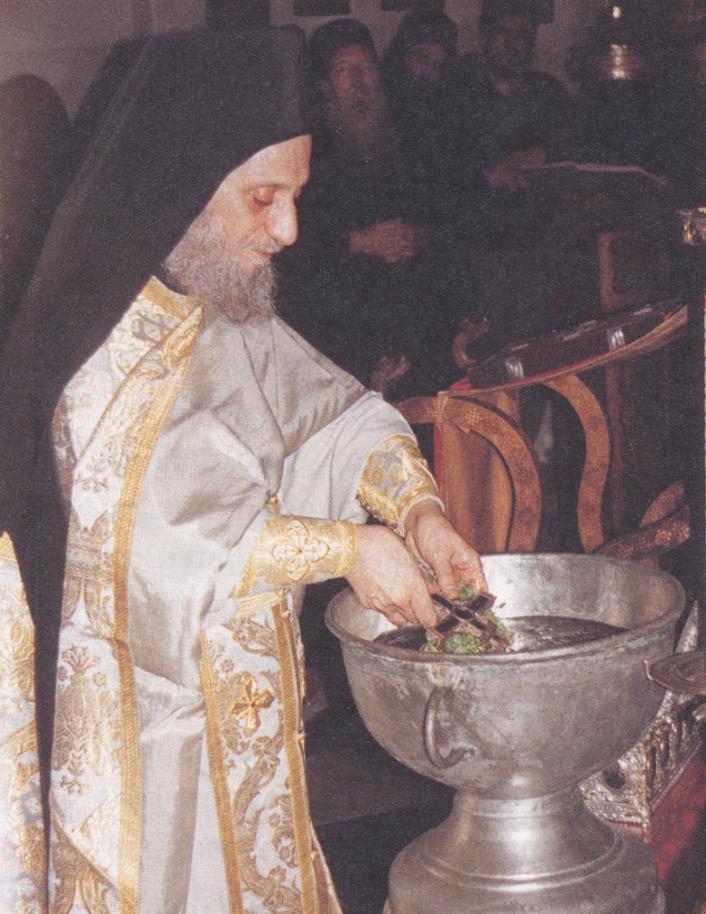 Ο Γέροντας Αιμιλιανός, Προηγούμενος Ιεράς Μονής Σίμωνος Πέτρας Αγίου Όρους τελώντας αγιασμό.