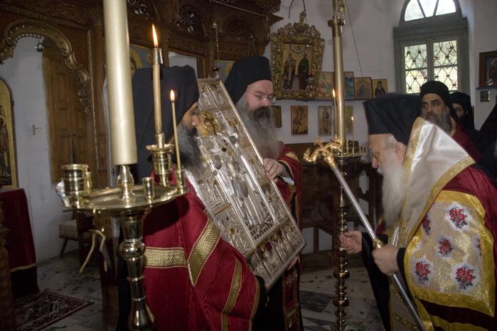 Ο σεβασμιώτατος μητροπολίτης Βεροίας κ.κ. Παντελεήμων προσκυνώντας τη θαυματουργή εικόνα του αγίου Παντελεήμονος στο ομώνυμο παρεκκλήσι