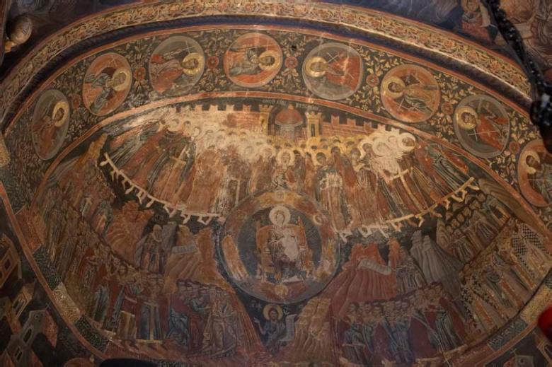 Η Πλατυτέρα των Ουρανών στο ημικύκλιο πάνω από το ιερό.