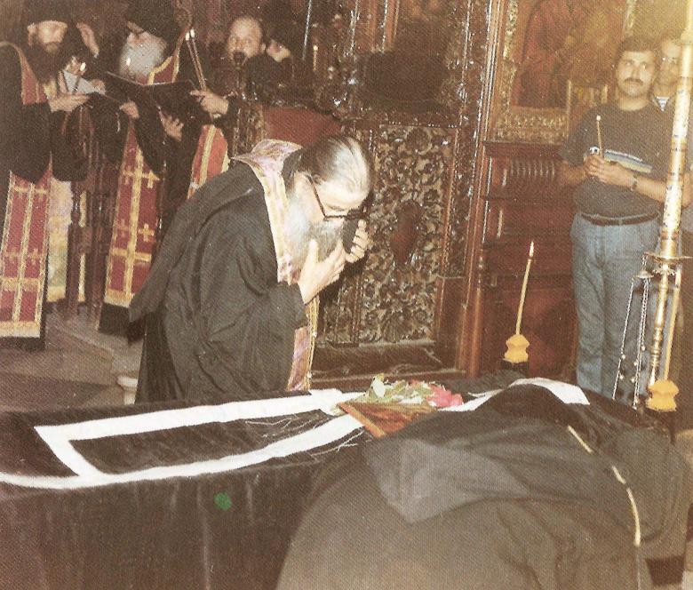 Ο Πανοσιολιώτατος Αρχιμανδρίτης κ. Χαράλαμπος (ηγούμενος τότε) της Ιεράς Μονής Αγίου Διονυσίου δίνει κατά την διάρκεια της κηδείας τον τελευταίο ασπασμό στον μακαριστό Γέροντα Αρσένιο.