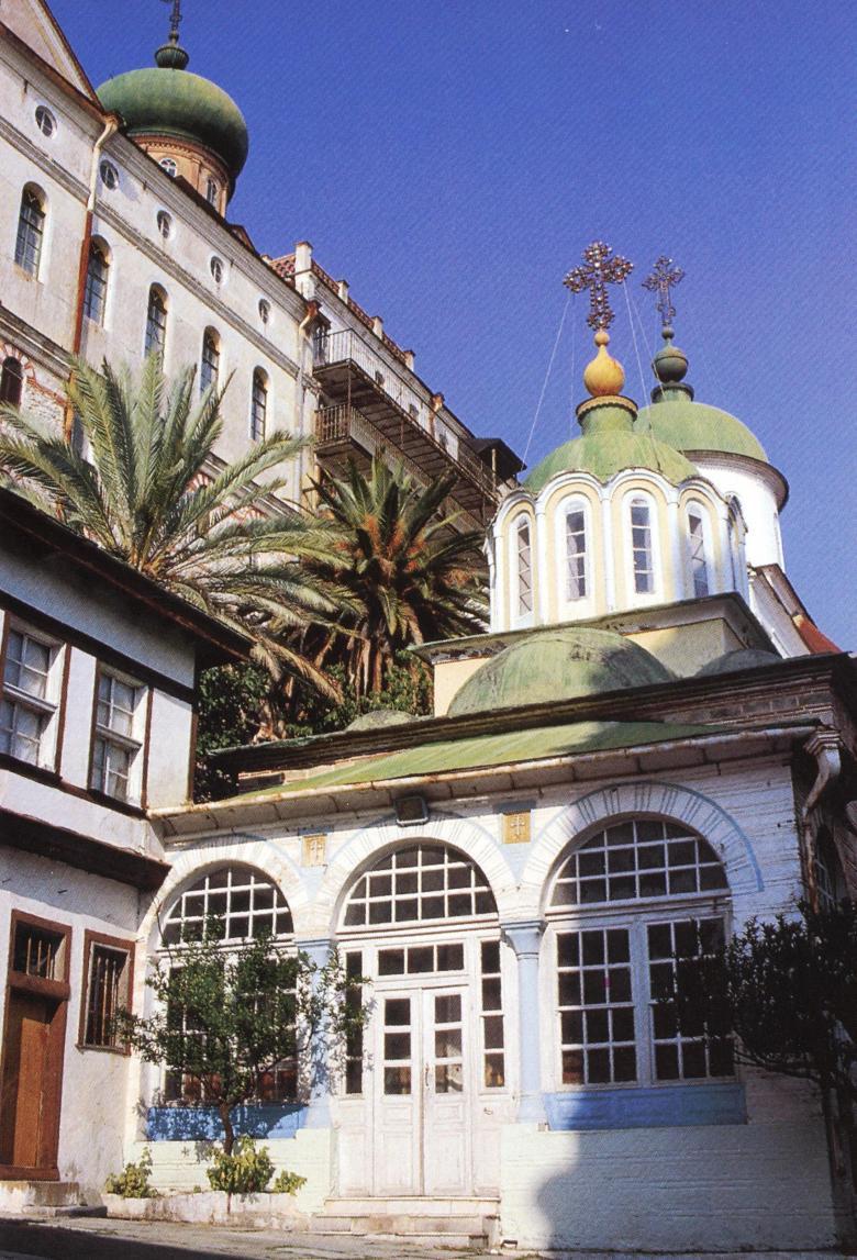Το παρεκκλήσιο της Κοιμήσεως της Θεοτόκου, στην αυλή, βορείως του καθολικού.  The chapel of the Dormition of the Virgin, in the courtyard north of the katholikon.