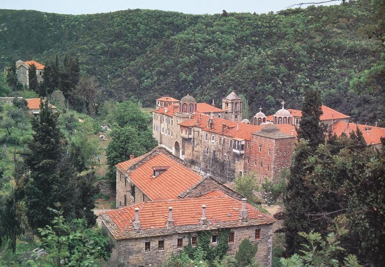 Νοτιανατολική άποψη της Μονής. The monastery from the southeast.