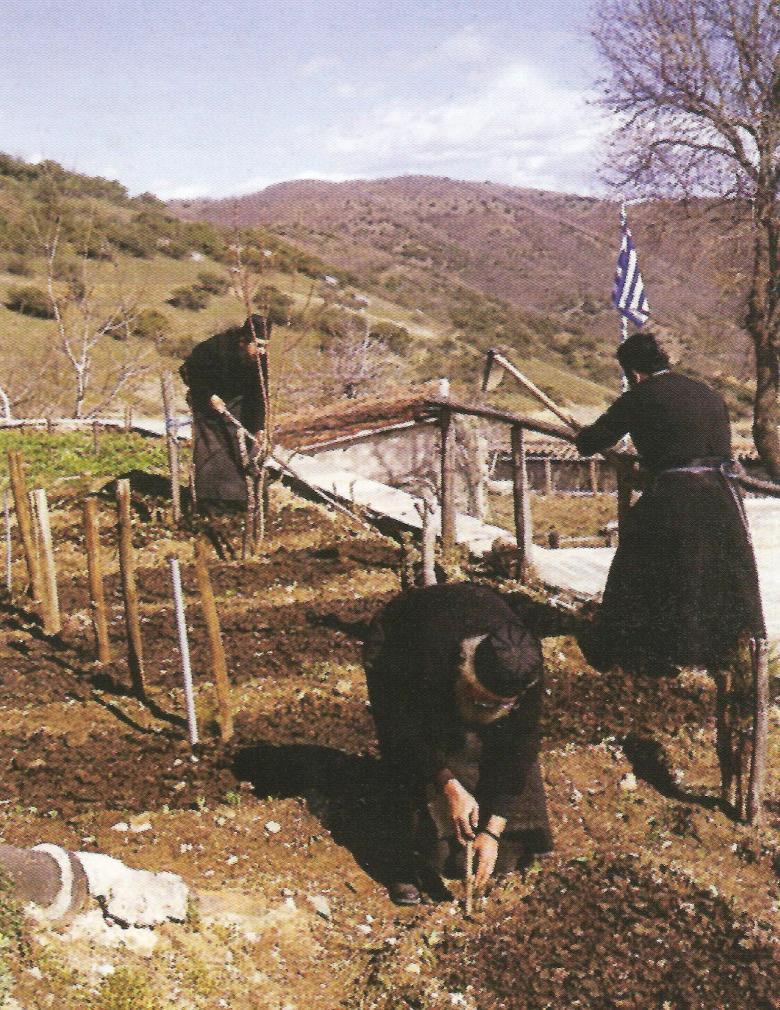 Μοναχοί φροντίζουν τον κήπο της Μονής Μεγάλου Μετεώρου.