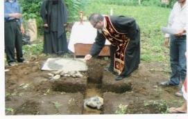 Ο π. Χρυσόστομος  θέτει το θεμέλιο λίθο της Ι. Μονής  στο Μεντάν