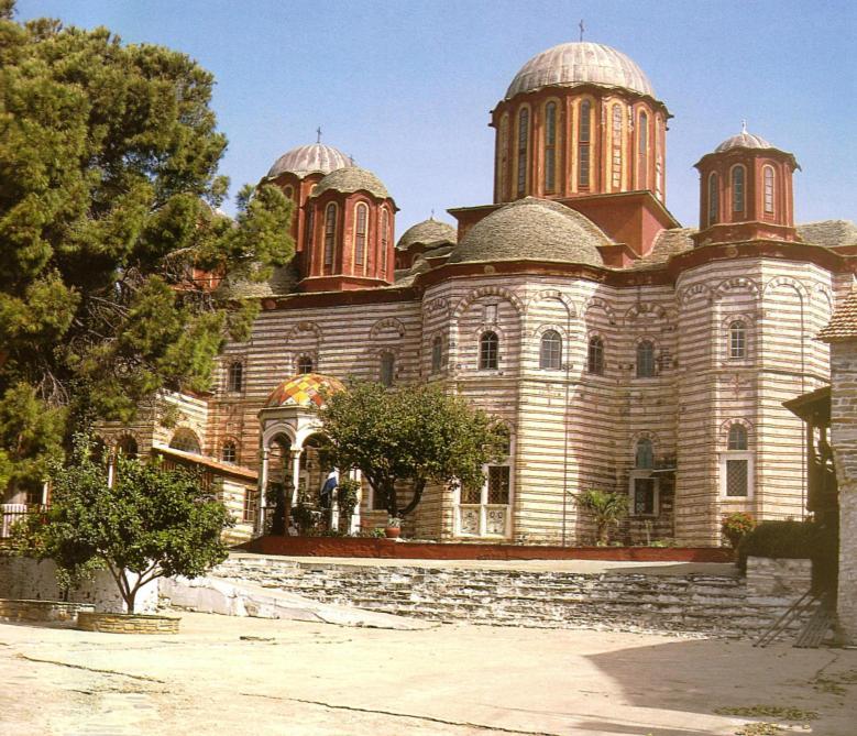 Νότια άποψη του νέου καθολικού και της φιάλης. The new katholikon and the phiale, from the south.