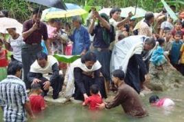 Ομαδικές  βαπτίσεις στο νησί Νιάς που επλήγη από το τσουνάμι
