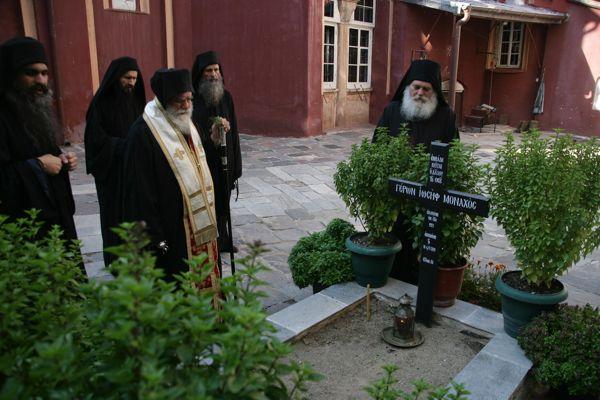 Ο Θεοφιλέστατος Επίσκοπος Κολουέζι κ. Μελέτιος έκανε και ένα Τρισάγιο στον τάφο του αειμνήστου Γέροντος Ιωσήφ Βατοπαιδινού