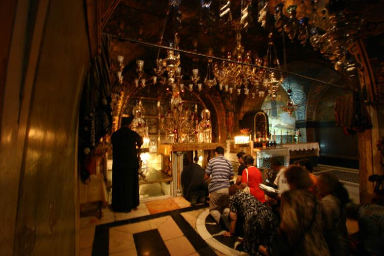 holy sepulcher church praying