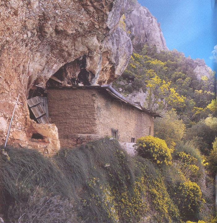 Η σπηλιά στην Μικρά Αγία Άννα