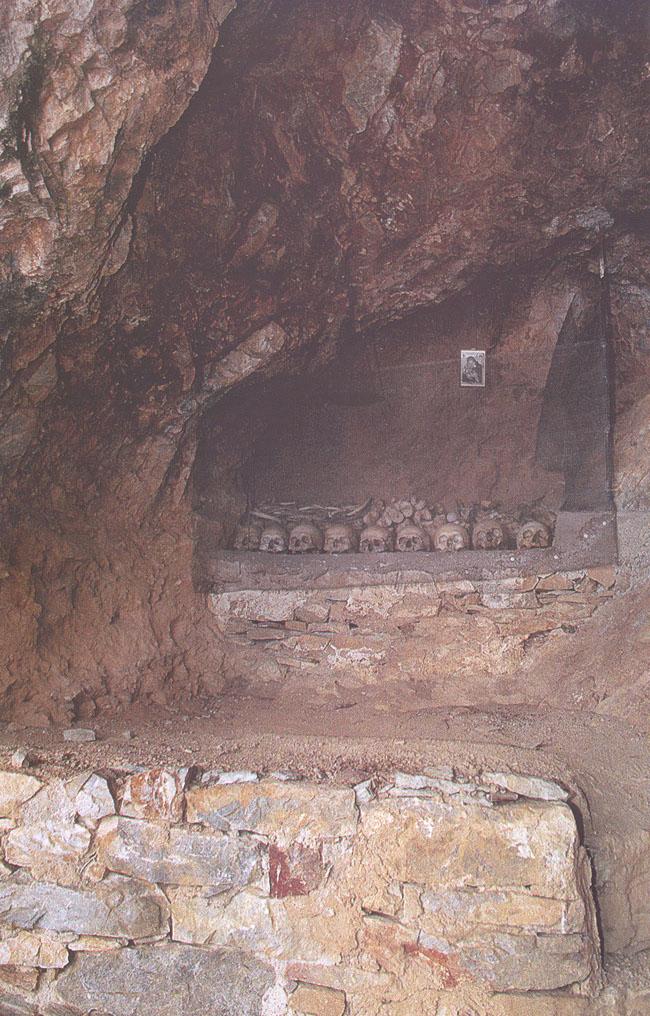 Εσωτερικό της σπηλιάς στα Καντουνάκια όπου ο Γέροντας Ιωσήφ είδε το όραμα με τα τρία παιδάκια