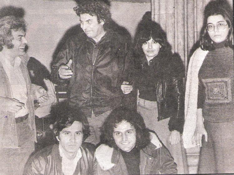 Ο Μάνος Λοΐζος με τους Μίκη Θεοδωράκη, Χάρι Αλεξίου, Μαρία Φαραντούρη, Γιώργο Νταλάρα και Βασίλη Παπακωνσταντίνου