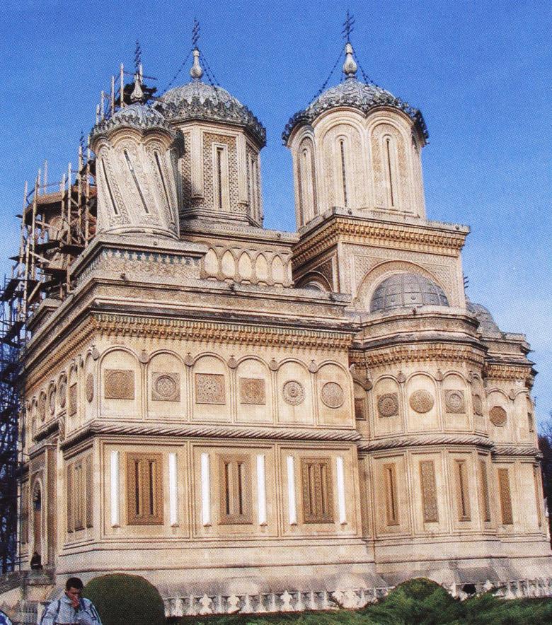 Κούρτεα ντε Άρτζες. Το καθολικό της Μονής τιμάται στην Κοίμηση της Θεοτόκου. Θεωρείται ο καλλιτεχνικότερος ναός της Ρουμανίας και συνάμα αποτελεί και ιστορικό μνημείο.