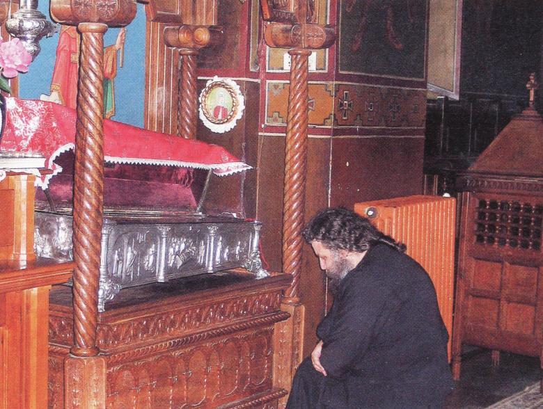 Στην λειψανοθήκη της αγίας Φιλοθέας του Άρτζες.