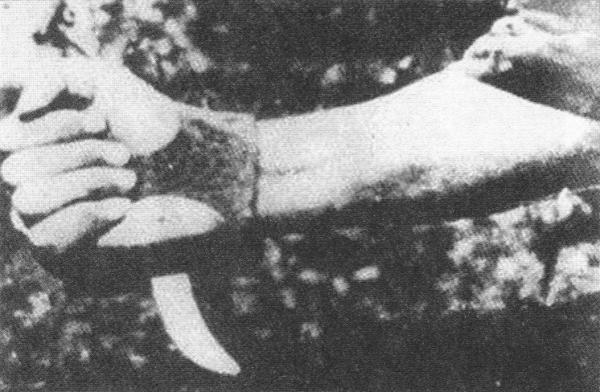 """Σρμπό - Σέκ (""""η κοπτική μηχανή για τους Σέρβους""""). Για τις δολοφονίες των κρατουμένων στα στρατόπεδα εξόντωσης πραγματοποιούσαν """"αγώνες"""" σφαγής με αυτό. Νικητής αναδεικνυόταν αυτός που σε λιγότερο χρόνο έσφαζε περισσότερους κρατουμένους. Το Σμπρό - Σέκ (ή γκράβιζο) ήταν ένα δρεπάνι με λεπίδι που φορούσαν οι δολοφόνοι στον καρπό τους."""