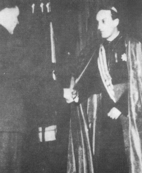 Ο καθολικός αρχιεπίσκοπς της Κροατίας παναγιότατος Στέπινατς χαιρετάει τον δικτάτορα των ούστασι Άντε Πάβελιτς εγγυούμενος την πλήρη συνεργασία και στήριξη της Καθολικής Εκκλησίας. Ζάγκρεμπ 16 Απριλίου 1941.