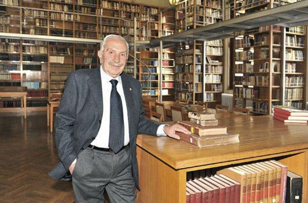 Ο Νικόλαος Μέρτζος στο χώρο της βιβλιοθήκης της Εταιρείας Μακεδονικών Σπουδών