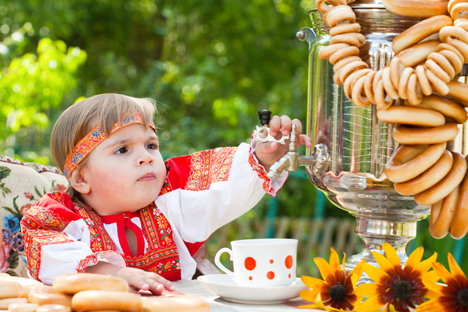"""Θεωρείται ότι ήταν ο Μεγάλος Πέτρος που έφερε πρώτος το σαμοβάρι στη Ρωσία από την Ευρώπη, όμως, σύμφωνα με τις άλλες πληροφορίες, τα σαμοβάρια εμφανίστηκαν μισό αιώνα μετά τον θάνατο του Μεγάλου Πέτρου, και προέρχονται από τα ρωσικά Ουράλια. Γύρω στο 1778 εγκαινιάστηκε η παραγωγή των περίφημων ρωσικών σαμοβαριών στην Τούλα, μια πόλη που βρίσκεται κοντά στη Μόσχα, η οποία αποτελούσε κέντρο του εμπορίου τσαγιού κατά την περίοδο του 17-19 αιώνα. Δίπλα σ' αυτή την πόλη υπάρχουν κοιτάσματα σιδήρου, κι αυτό εξηγεί την ραγδαία ανάπτυξη της παραγωγής αυτών των περίεργων συσκευών στην συγκεκριμένη πόλη. Ήδη προς τα τέλη του 19ου αιώνα η Τούλα είχε 28 εργοστάσια παραγωγής σαμοβαρίων απόδοσης 120 000 κομματιών τον χρόνο. Ακόμη και στις μέρες μας ακούγεται η ρήση: """"Δεν πας στην Τούλα με το δικό σου σαμοβάρι"""". Τον 19ο αιώνα σχεδιάστηκαν πολλά είδη σαμοβαριού – για ταξίδι, για ταβέρνα, για το σπίτι. Την ίδια εποχή εμφανίστηκαν τα επιμεταλλωμένα σαμοβάρια, που οι ιδιοκτήτες τους τα καμάρωναν ιδιαίτερα."""