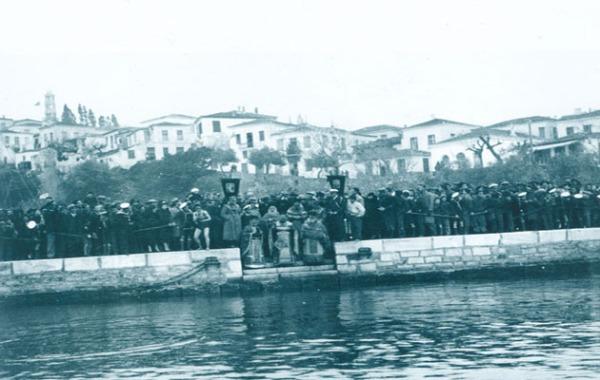 Διακρίνονται οι Ιερείς, από αριστερά προς τα δεξιά, κάτω: παπα-Γιώργης Μπονάκης, εφημέριος Παναγίας Λιμνιάς Σκιάθου, παπα-Γιώργης Ρήγας (Αρχιερατικός Επίτροπος Σκιάθου) και παπα-Γρηγόρης Καλοειδής, εφημέριοι των Τριών Ιεραρχών Σκιάθου, και πίσω τους: ο παπα-Θεόφιλος Μπουσιόπουλος, ηγούμενος Ι. Μ. Παναγίας Εικονίστριας και ο παπα-Δαμιανός Παρίσης, ηγούμενος Ι. Μ. Ευαγγελισμού της Θεοτόκου. Δεκαετία του '30. Από το αρχειακό υλικό του Πνευματικού Κέντρου Ενοριών Σκιάθου (πηγή: www.pkins.gr)
