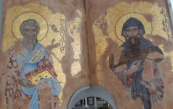 Οι Άγιοι Κύριλλος και Μεθόδιος σε ψηφιδωτό στον προαύλιο χώρο του Ιερού Ναού προς τιμήν τους στην Παραλία Θεσσαλονίκης