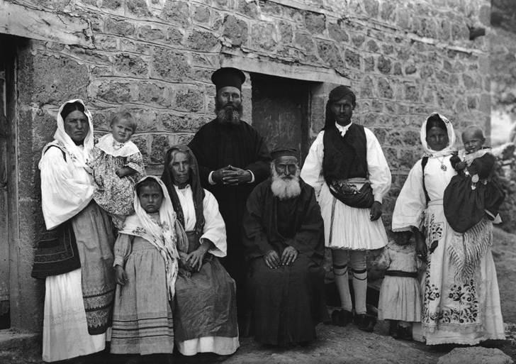 Ζεμενό Κορινθίας, η οικογένεια του ιερέα, 1913