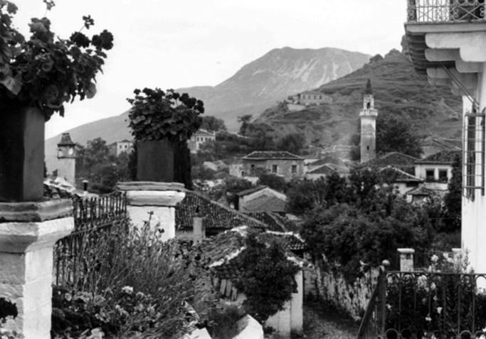 Παραμυθιά - Φωτογραφία από την αυλή του αρχοντικού του Ρίγγα, 1913
