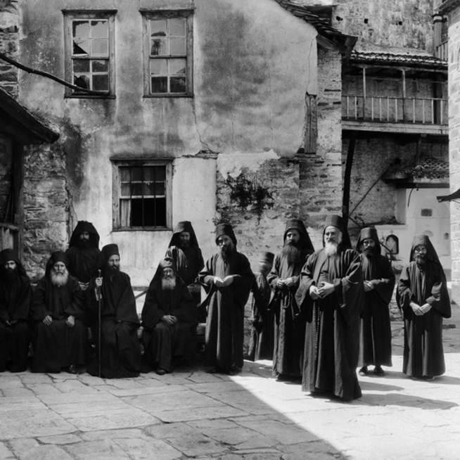 Μοναχοί του Αγίου Όρους, από την επίσκεψή του στο Περιβόλι της Παναγιάς, το 1928