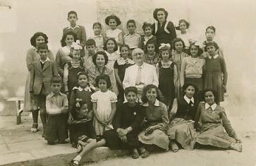 1952, Ο Μανώλης Καλομοίρης με τη διευθύντρια και μαθητές του Εθνικού Ωδείου Λάρνακος