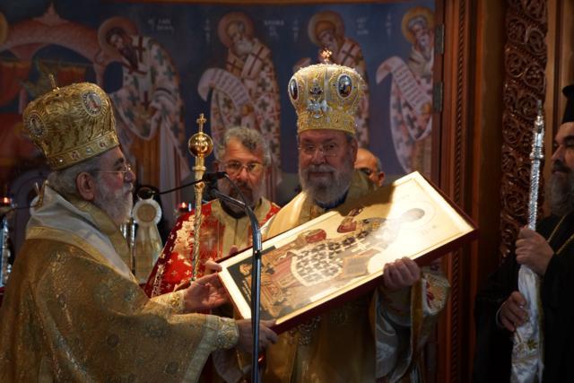 Ο Πανιερότατος Μητροπολίτης Κιτίου δωρίζει στον Μακαριότατο την εικόνα του Αγίου Ιωάννη του Χρυσοστόμου