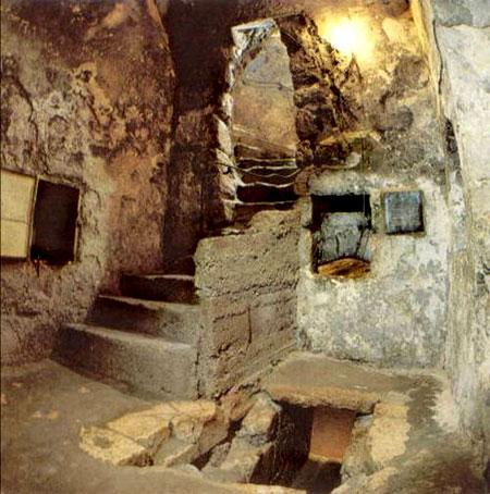 Τα σκαλοπάτια που οδηγούν στον τάφο του Λαζάρου στη Βυθανία.