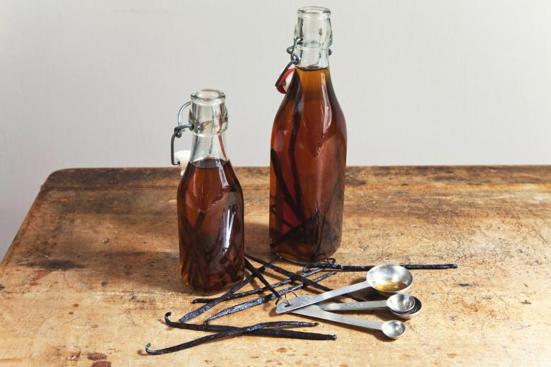 7-Recipe-DIY-Vanilla-Extract-and-Rum-1500x1000