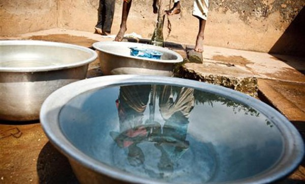 Αντλία νερού επί το έργον στην περιοχή Ζανζάν, της Ακτής Ελεφαντοστού, όπου το 30% του πληθυσμού δεν έχει πρόσβαση σε πόσιμο νερό. (Φωτ. UNICEF)