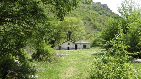 Ένα μικρό εκκλησάκι στη χαράδρα του Βίκου