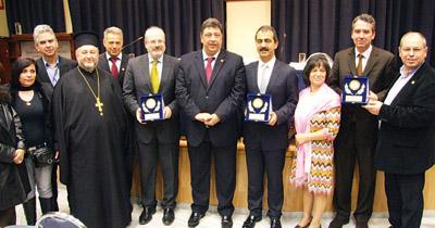 Οι ομιλητές με το συμβούλιο της Ιμβριακής Ένωσης σε αναμνηστική φωτογραφία