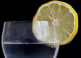 νερό-με-λεμόνι-απόλυτος-σύμμαχος-για-την-υγεία