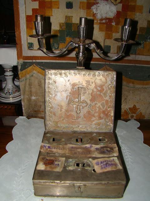 Η λειψανοθήκη που ανακαλύφθηκε στο καμπαναριό του Ιερού Ναού  του Αγίου Δημητρίου στην Κωστάντζα της Ρουμανίας  και φέρει λείψανα αγίων προέρχεται από το Άγιον 'Ορος